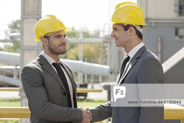 bauen  Geschäftsmann  Hut  jung  hart  schütteln