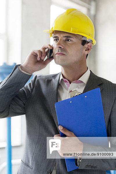 benutzen  Klemmbrett  Industrie  Telefon  Chef  jung  Handy