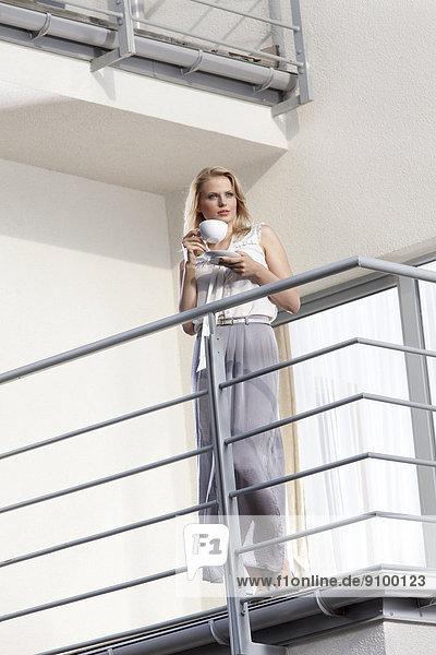 Geschäftsfrau Balkon Hotel jung Kaffee Länge voll