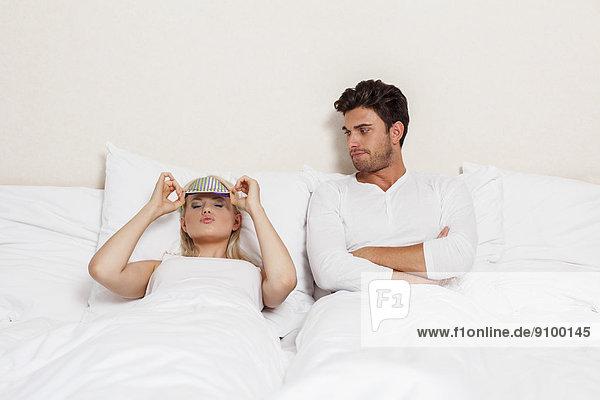 Frau  Mann  sehen  Traurigkeit  Bett  jung  Kleidung  Maske