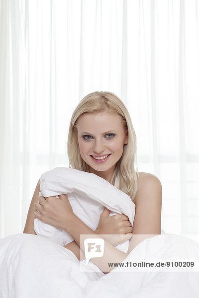 Portrait  Attraktivität  Frau  halten  Bett  jung  Bettwäsche