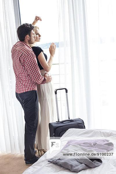 sehen  Liebe  Fenster  Zimmer  Hotel  blättern  jung  Länge  voll