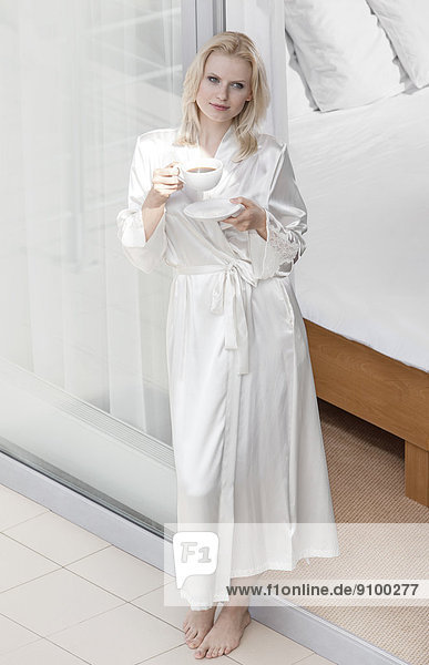 Frau  Schönheit  Eingang  Nachthemd  Balkon  jung  trinken  Kaffee  Länge  voll  Robe