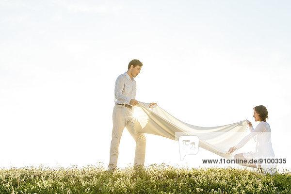Frau Mann Tag Decke Ansicht Sonnenlicht Seitenansicht Gras