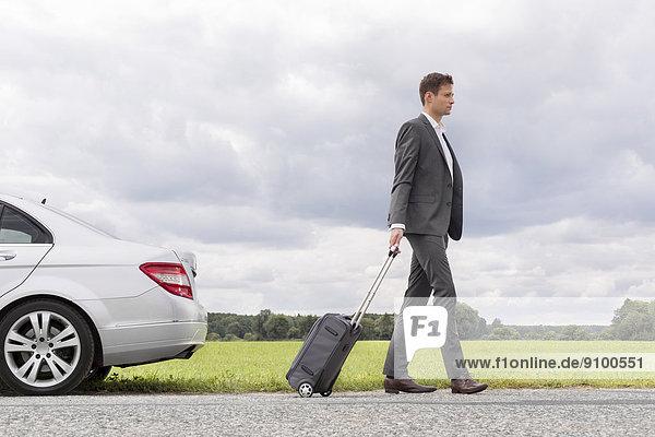 Geschäftsmann Ländliches Motiv ländliche Motive Auto Koffer Ansicht jung Länge Seitenansicht zerbrochen voll verlassen