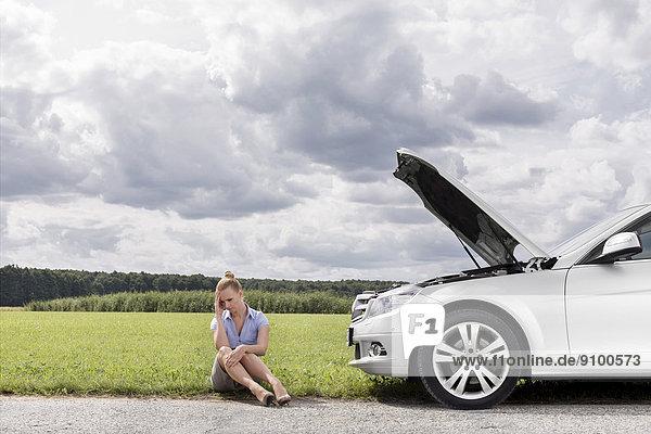 sitzend  Geschäftsfrau  Ländliches Motiv  ländliche Motive  Auto  Depression  Länge  zerbrochen  voll