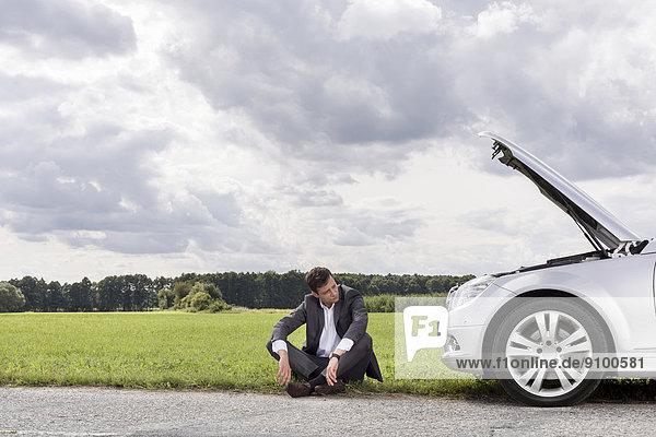 sitzend  Nervosität  Geschäftsmann  Ländliches Motiv  ländliche Motive  Auto  Länge  zerbrochen  voll