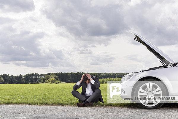 sitzend  Geschäftsmann  Ländliches Motiv  ländliche Motive  Auto  Länge  zerbrochen  voll