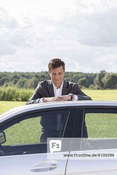 angelehnt  Portrait  Geschäftsmann  Ländliches Motiv  ländliche Motive  Auto  jung  zerbrochen