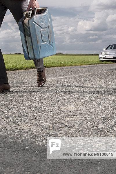 niedrig  Anschnitt  Geschäftsmann  tragen  Ländliches Motiv  ländliche Motive  Auto  Hintergrund  Benzin  zerbrochen
