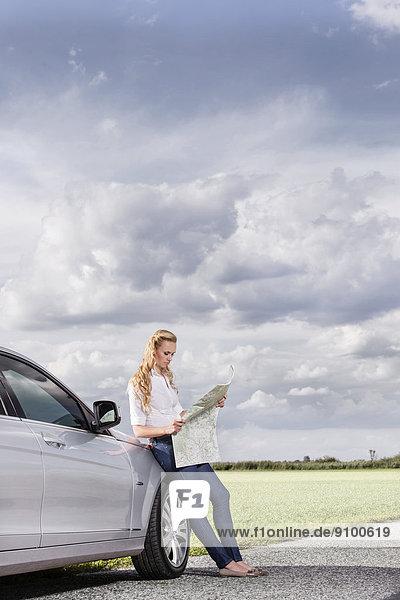 angelehnt  Frau  Ländliches Motiv  ländliche Motive  Auto  Landkarte  Karte  Mittelpunkt  Länge  Erwachsener  voll  vorlesen