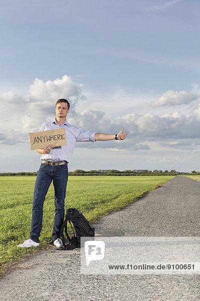 Mann  Ländliches Motiv  ländliche Motive  halten  Zeichen  irgendwo  jung  Länge  voll  einhaken  Signal