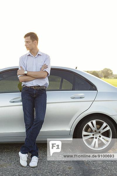stehend  Mann  sehen  Ländliches Motiv  ländliche Motive  Auto  jung  wegsehen  Reise  Länge  voll