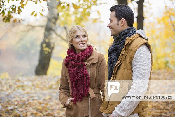 Frau  Mann  Fröhlichkeit  sehen  Herbst