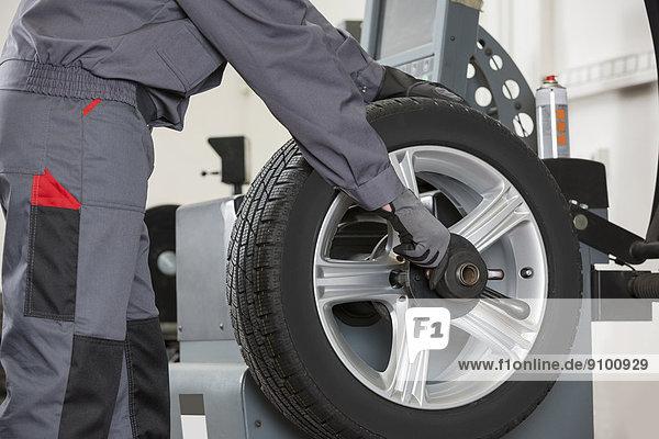 Mittlerer Ausschnitt  reparieren  Laden  Mechaniker  rad