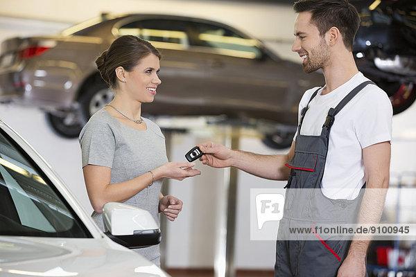 Frau  Fröhlichkeit  geben  Auto  Mechaniker  Schlüssel