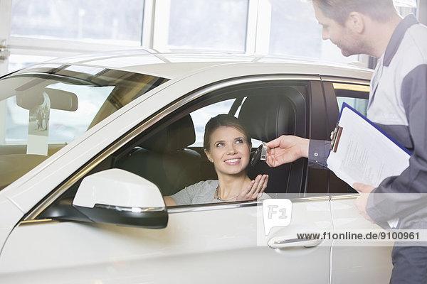 empfangen  lächeln  Auto  Kunde  Mechaniker  Schlüssel