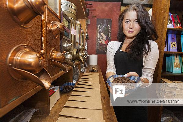 Kaffeebohne  zeigen  Portrait  Frische  Laden  Kaffee  Verkäufer  Bohne