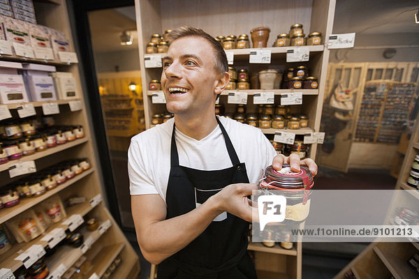 Verkäufer  Fröhlichkeit  Lebensmittelladen  halten  Laden  Marmelade