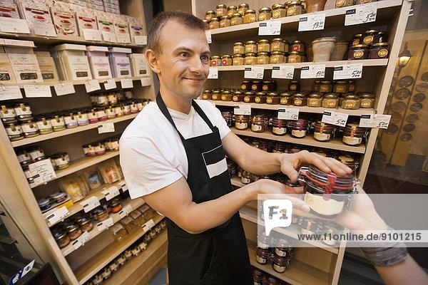 Verkäufer  geben  Lebensmittelladen  Laden  Kunde  Marmelade