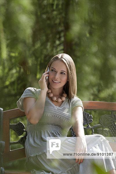 benutzen  Frau  Handy  Schönheit  Telefon  Sitzbank  Bank  jung