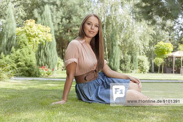 sitzend  Portrait  Attraktivität  Frau  jung  Gras