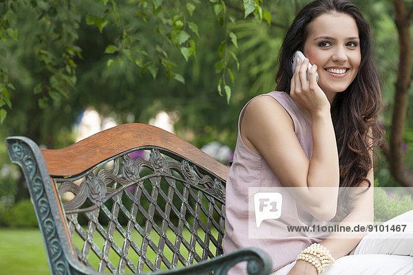 benutzen  Frau  Schönheit  Telefon  Sitzbank  Bank  jung
