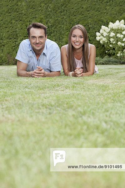 liegend  liegen  liegt  liegendes  liegender  liegende  daliegen  Portrait  lächeln  jung  Gras  Seitenansicht