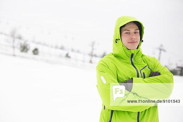 stehend  überqueren  Portrait  Mann  Jacke  Kapuzenjacke  jung  Schnee