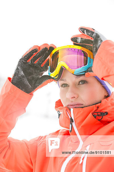 Außenaufnahme  Frau  Skibrille  Schutzbrille  Ski  jung  Hoffnung  Kleidung  freie Natur