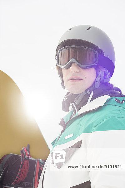 Außenaufnahme  Mann  Snowboard  halten  jung  Attraktivität  freie Natur