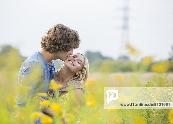 Frau  Mann  küssen  Feld  Romantik