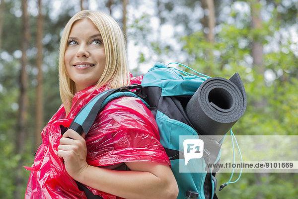 Regenmantel  sehen  lächeln  Wald  Rucksackurlaub  Ansicht  wegsehen  Reise  Seitenansicht