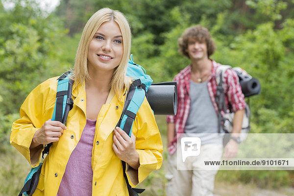stehend  Mann  sehen  lächeln  Wald  Rucksackurlaub  Hintergrund  wegsehen  Reise