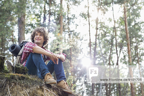 sitzend  sehen  lächeln  Steilküste  Wald  wandern  wegsehen  Reise  Länge  voll