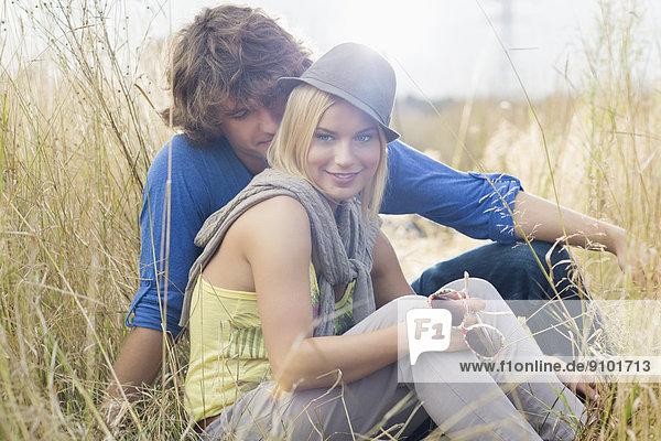 sitzend  Frau  Mann  Liebe  lächeln  Feld