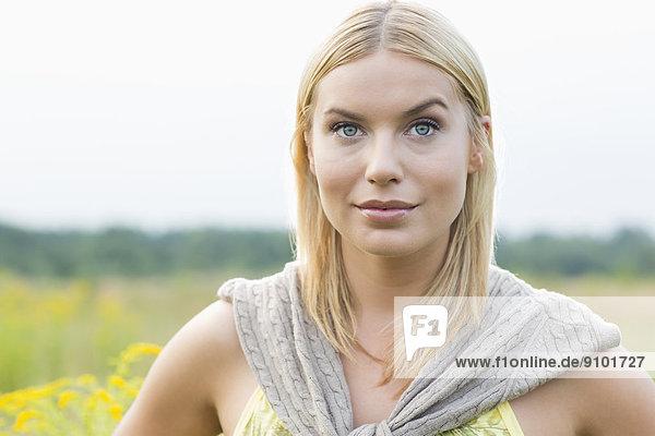 Portrait einer jungen Frau in Feld