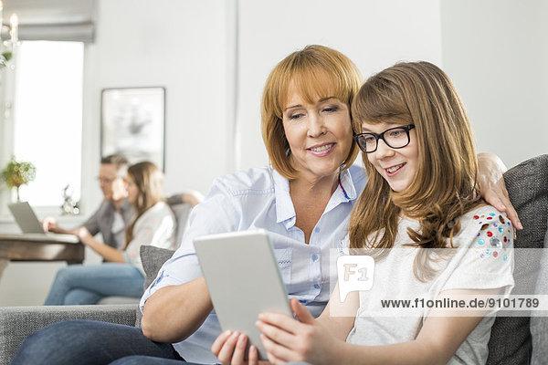 sitzend  Interior  zu Hause  benutzen  Computer  Liebe  Hintergrund  Tochter  Mutter - Mensch  Tablet PC