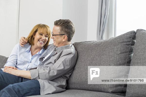 sitzend  Interior  zu Hause  Fröhlichkeit  Couch  Liebe