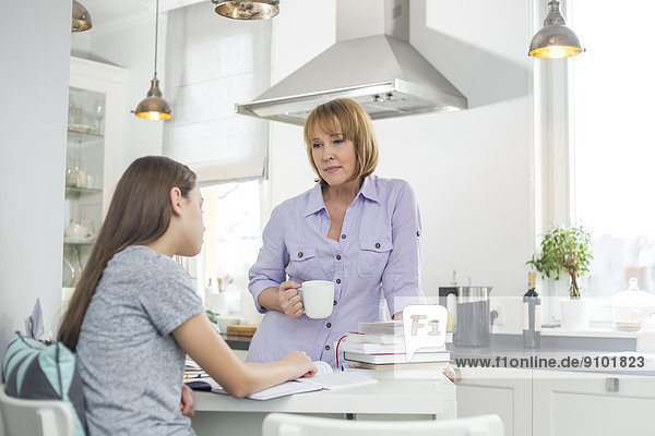 sehen Küche lernen Kaffee Tochter Mutter - Mensch