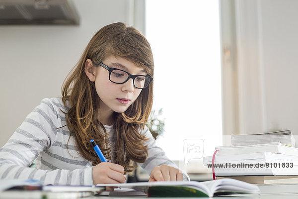 Jugendlicher Mädchen Tisch Hausaufgabe
