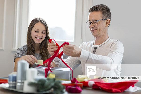 Geschenk Interior zu Hause lächeln Menschlicher Vater Verpackung Weihnachten Tochter