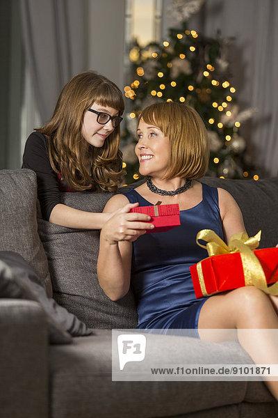 Geschenk  Interior  zu Hause  geben  Weihnachten  Tochter  Mutter - Mensch