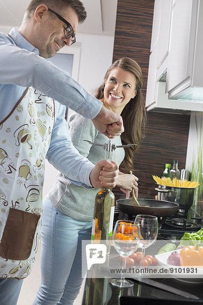 aufmachen  kochen  Frau  Mann  Wein  Küche  Flasche