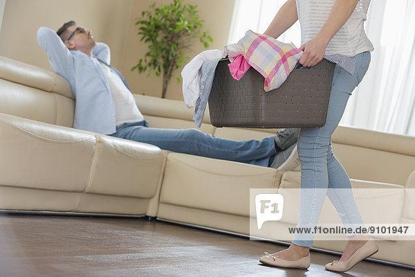 niedrig  Anschnitt  Frau  Mann  Entspannung  Couch  gehen  Korb  Hintergrund  Wäsche