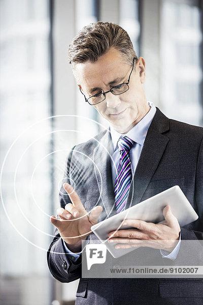 benutzen  Geschäftsmann  reifer Erwachsene  reife Erwachsene  Büro  Mittelpunkt  Tablet PC  Tablette