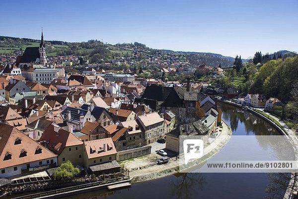 Stadtansicht mit St. Veit Kirche vom Schlossturm aus  Moldau im Vordergrund  ?eský Krumlov  Jiho?eský kraj  Tschechien