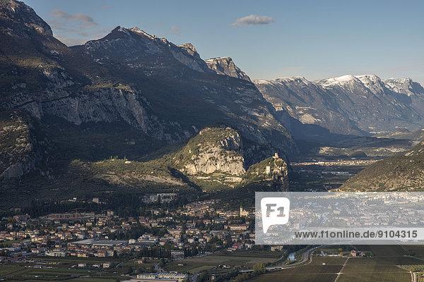 Felsen mit Burgruine Arco oder Castello di Arco oberhalb von Arco  Sarcatal  Trentino-Südtirol  Italien