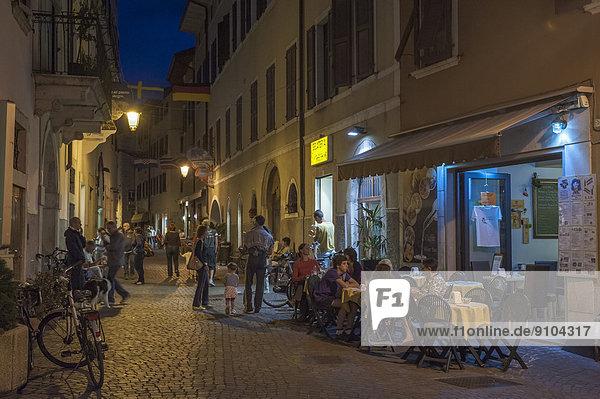 Abend Straße Stadt Geschichte Fußgänger Trentino Südtirol Arco Italien Trentino-Südtirol
