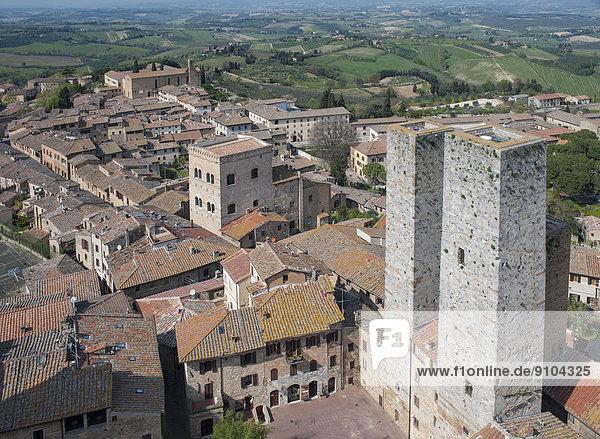Altstadt und Zwillingstürme Torri dei Salvucci oder Torri Gemelli  vom Turm Torre Grossa aus gesehen  San Gimignano  Toskana  Italien